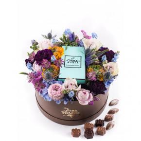 Цветочная корзина с шоколадными конфетами